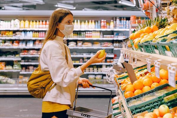 Maske im Supermarkt tragen